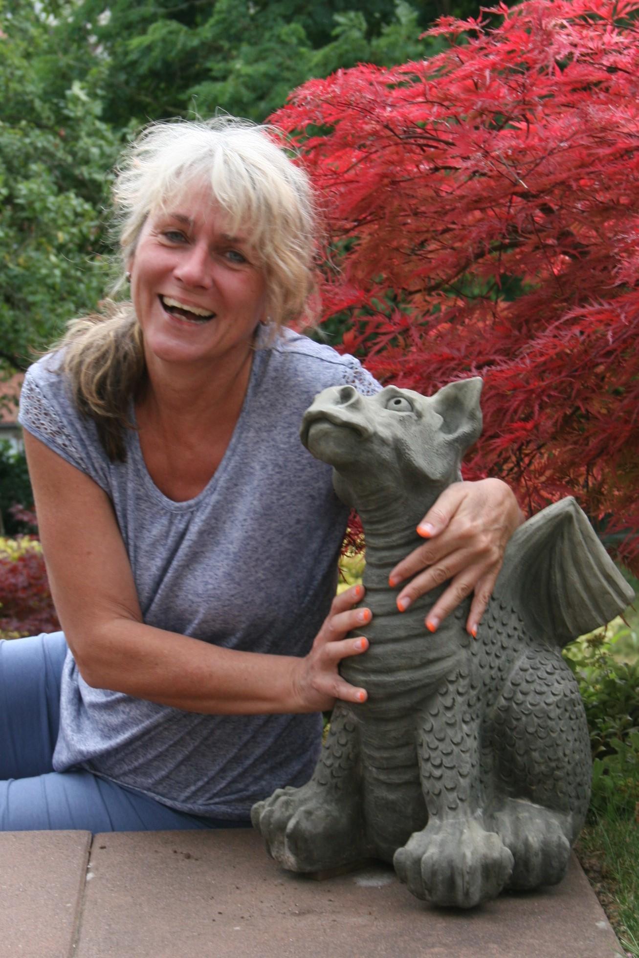 Claudia Kleim mit Steinfigur Drache